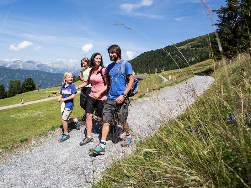 Familie beim Wandern am Hochzeiger