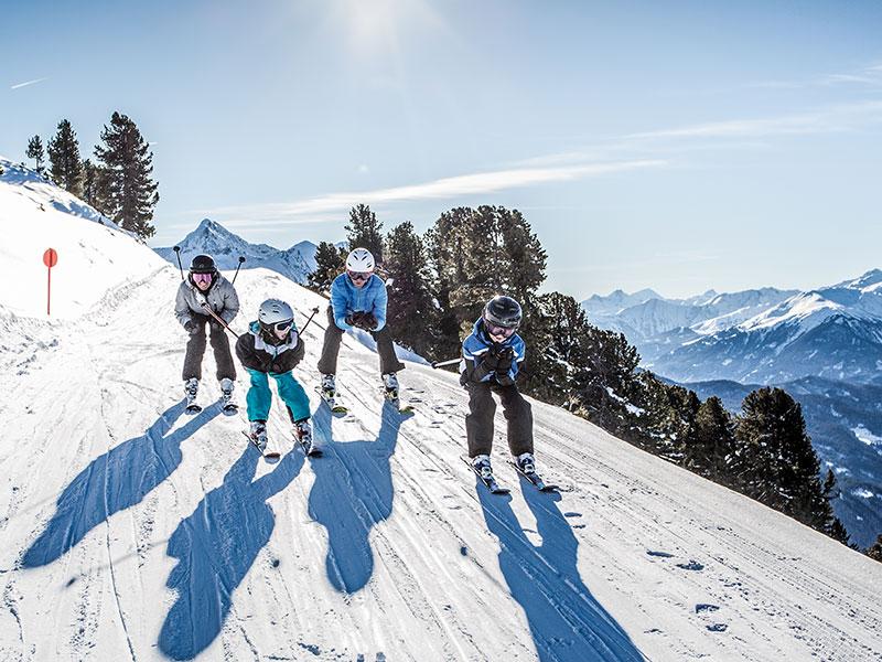 Familie beim Skifahren